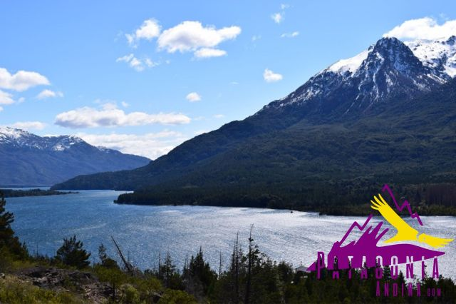 Reflejo con las montañas nevadas en el lago Epuyén, Chubut. Otro de los 12 mejores lagos de la Patagonia.