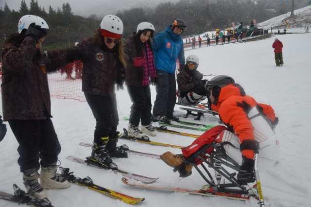 Germán Vega tuvo un accidente que lo dejó paralítico. Lejos de alejarse de la nieve, se convirtió en el 1° instructor de esquí en silla de ruedas del mundo.