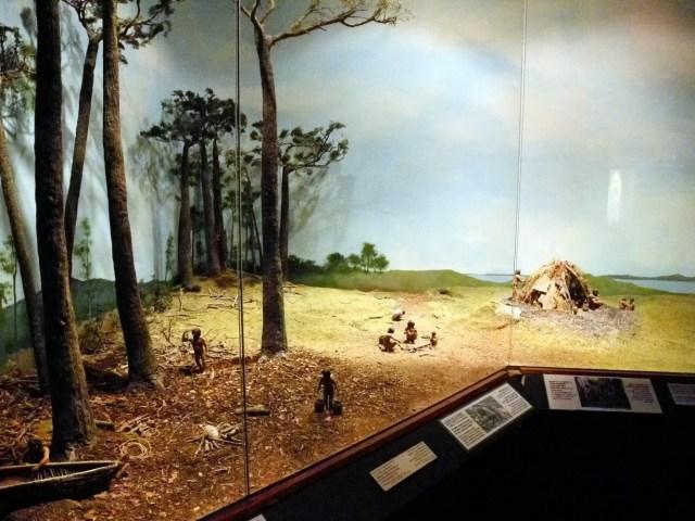 Maquetas dentro de la vidriera del Museo Yámana.