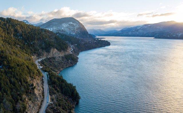 panorámica del lago Lácar con la ruta en el lateral izquierdo. Una de los lugares de Neuquén con mayor calidad de vida de la Patagonia