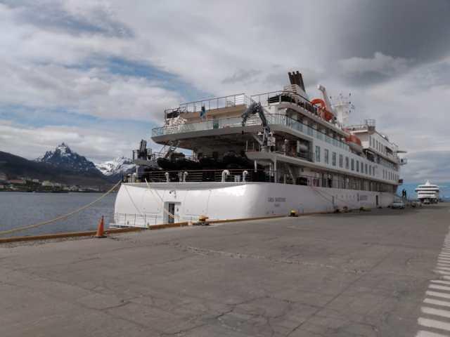 Vista lateral del crucero en el puerto de Ushuaia.