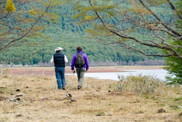 Personas caminando a la vera del lago, senderos de Tolhuin.