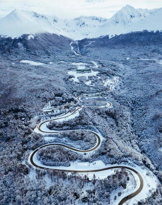 Camino serpenteante del Glaciar Martial en invierno.