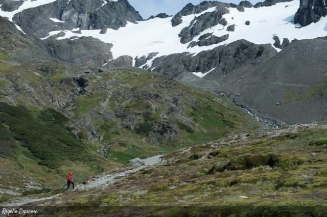 Mujer suebiendo al glaciar Martial, una de las opciones para vivir el verano en Ushuaia.