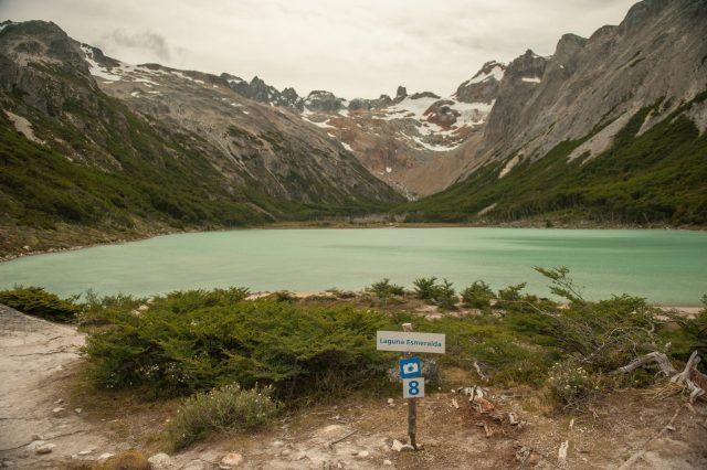 Laguna Esmeralda con las montañas nevadas de fondo.