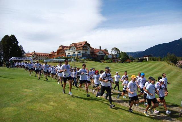 Grupo de personas corriendo en la largada de la Media Maratón de la Patagonia.