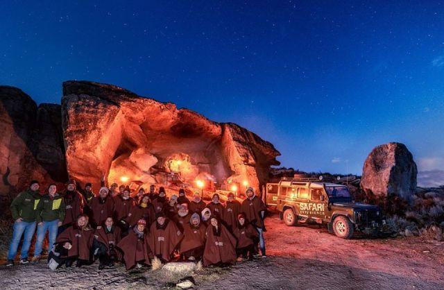 Grupo de personas realizando la experiencia nocturna en El Calafate.