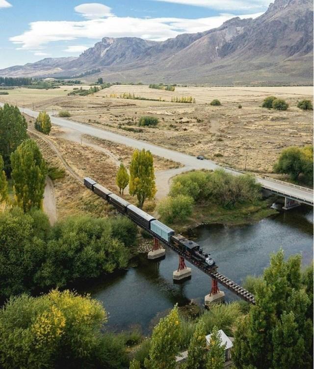 La Trochita en un puente de El Maitén