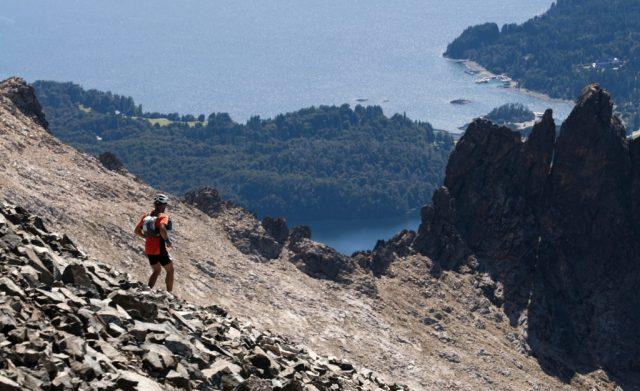 Hombre subiendo la montaña en Bariloche