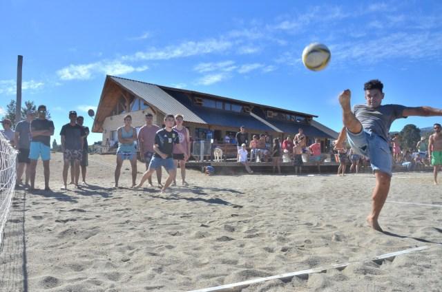 Niños jugando al fútbol de playa durante la Fiesta del Lago y las Araucarias.
