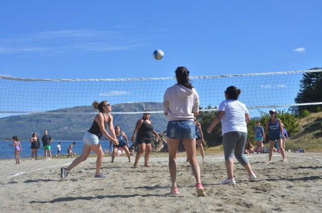 Personas jugando al voley de playa en el marco de la Fiesta del Lago y las Araucarias.