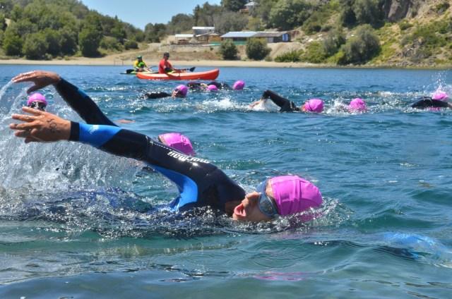 Personas nadando en el lago.
