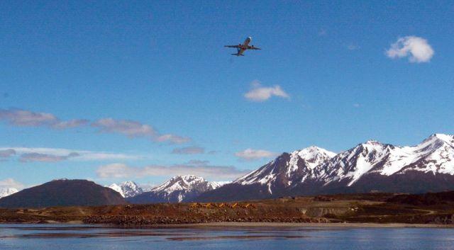 Avión sobrevolando la Patagonia. Nuevas frecuencias de vuelos.