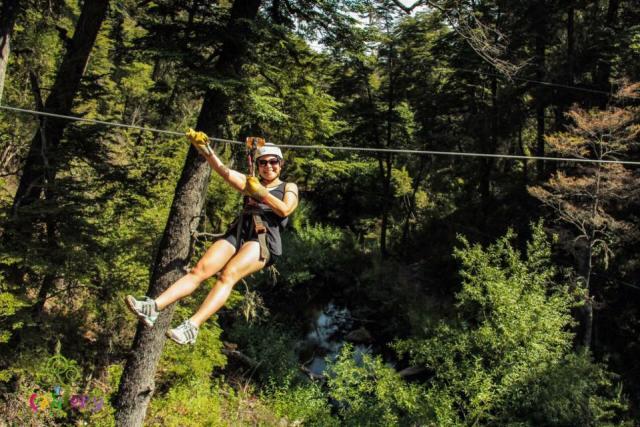Mujer haciendo canopy, turismo aventura en El bolsón.