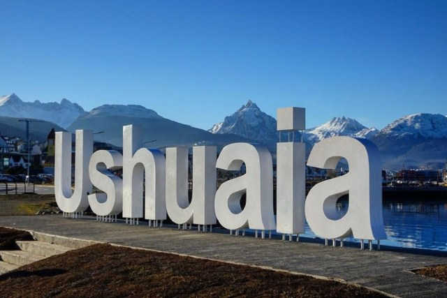 Cartel de Ushuaia, una de las postas de Santiago de Compostela