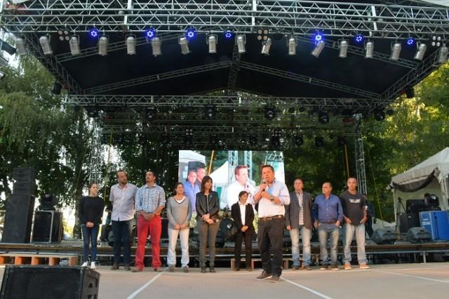 Funcionarios sobre el escenario de la Fiesta de los Jardines en Villa La Angostura.