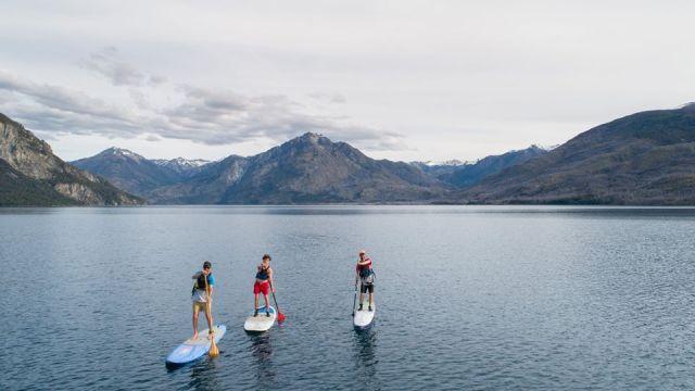 Personas realizando una travesía en el lago Epuyén.