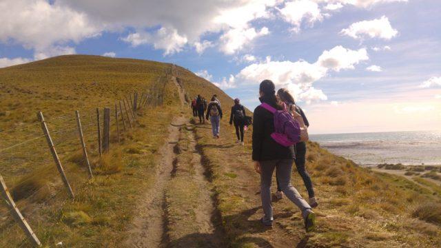 Personas caminando para realizar la vista panorámica