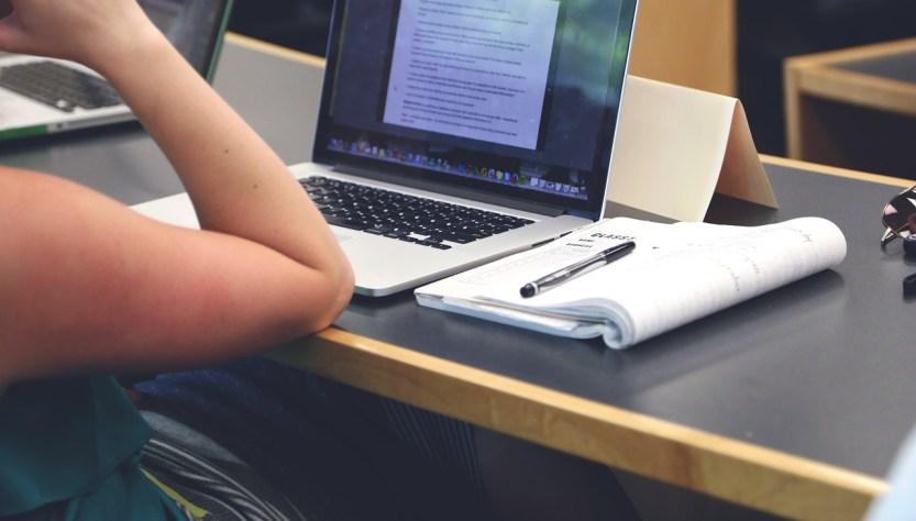Cursos de Turismo gratuitos. Persona estudiando con su notebook.