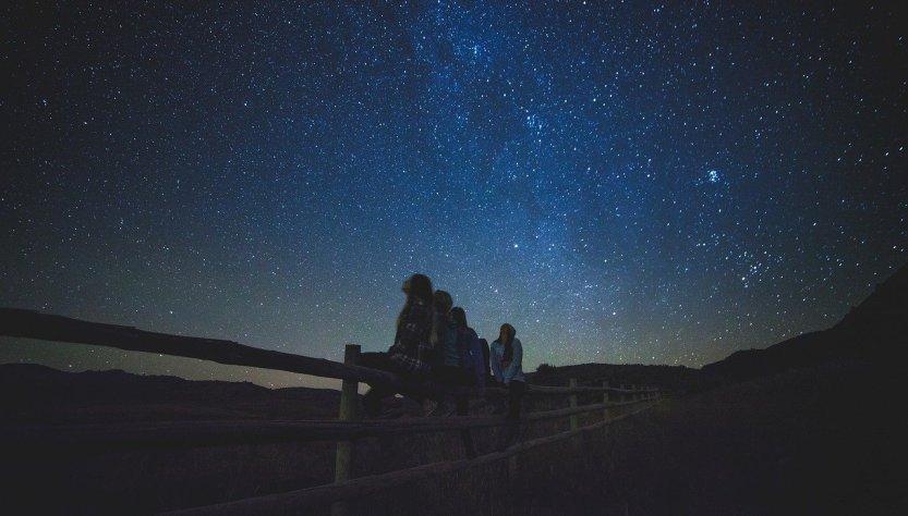 Cielo nocturano, estrellas, lluvia de meteoros.