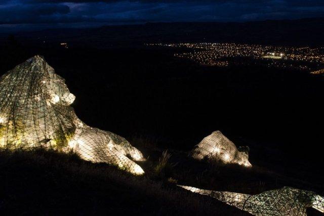 Vía Christi de Junín de los Andes iluminado de noche.