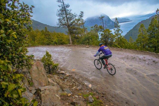 Ciclismo de montaña en el Parque Nacional Lanin.