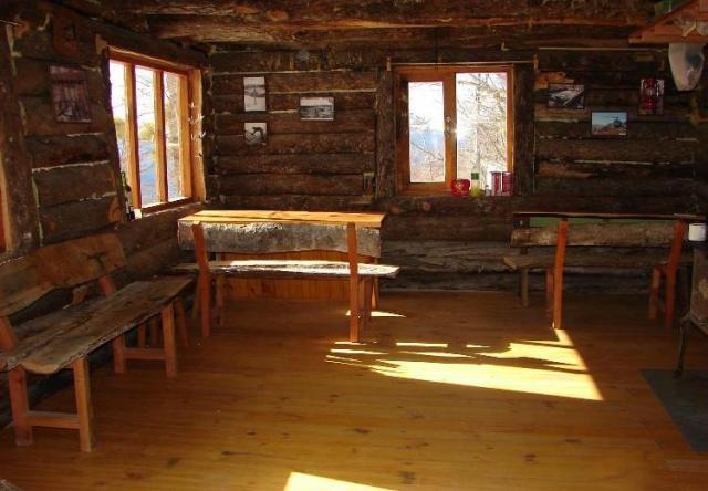 Interior del refugio del cerro El Dormilón en Villa La Angostura