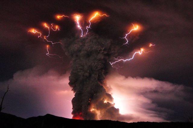 Volcán en plena erupción. Sus cenizas cubrieron Villa La Angostura en 2011.
