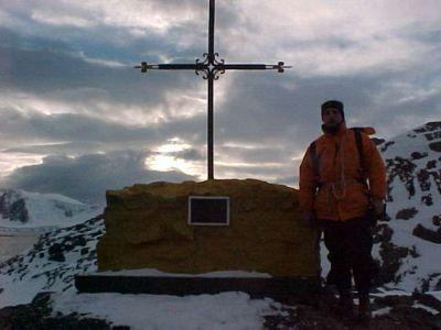 Monumento en honor a Pujato en la Antártida.