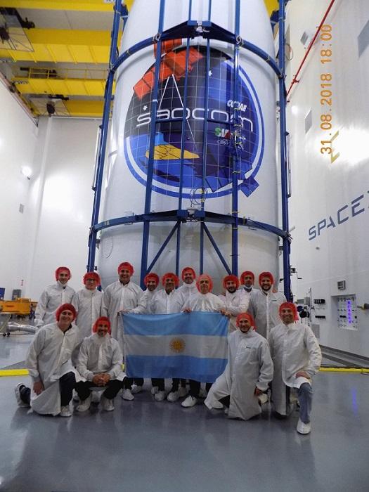 Científicos del INVAP con el satélite.