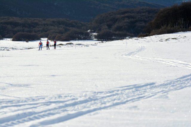 Marchablanca virtual en Tierra del Fuego. Gente haciendo esquí de fondo.