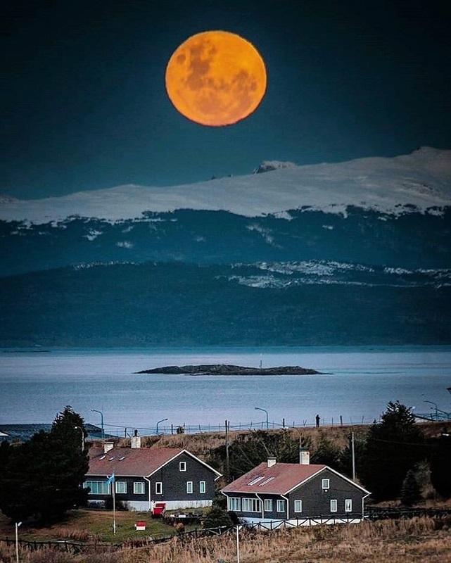 Luna roja en Tierra del Fuego