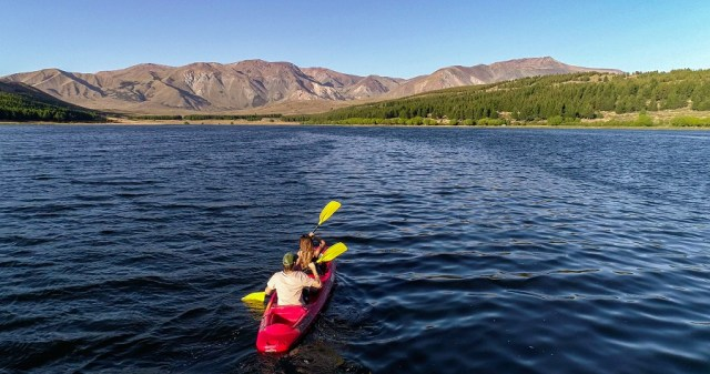 Pareja en Kayak en la Laguna La Zeta, atractivo de Esquel.