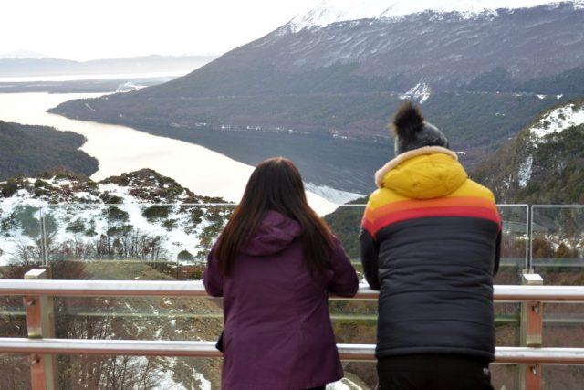 Dos personas mirando el horizonte en Tierra del Fuego. Previaje turismo.