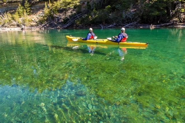 Dos personas en kayak en el río Arrayanes.