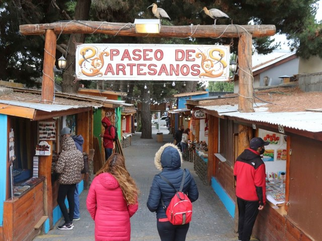 Gente en el paseo de artesanos de El Calafate.