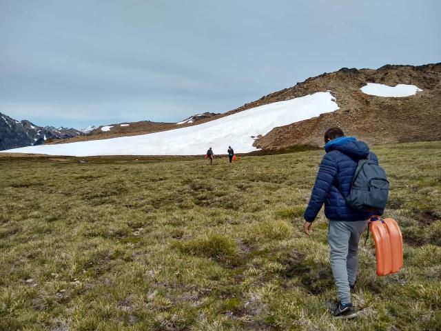 Personas yendo a la nieve en verano en el cerro Perito Moreno de El Bolsón.