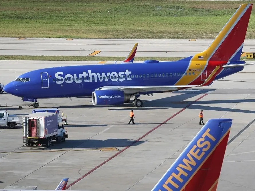 southwest airlines plane makes