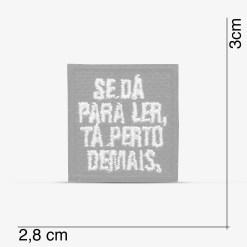 """Patch Bordado pequeno, """"Se dá pra ler, tá perto demais"""", com termocolante 2,8x3,0cm da PATCH GANG"""