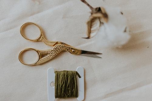 matériel de base en patchwork : des ciseaux de brodeuse