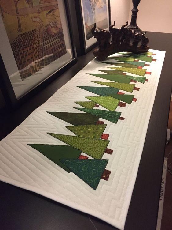 chemin de table en patchwork avec sapins