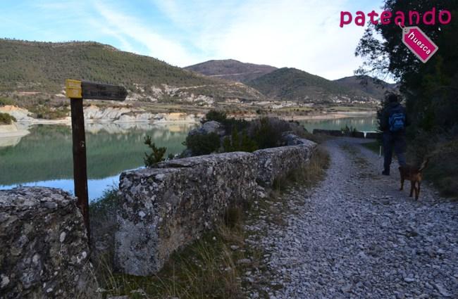 Camino junto al Pantano de la Peña