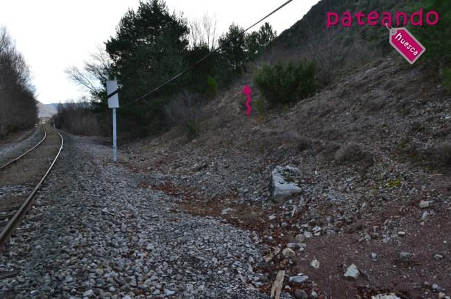 Cruzando la vía de tren del Canfranero