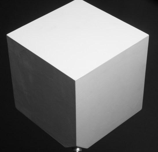 Un éclairage latéral permet de dégager les dimensions de l'objet.