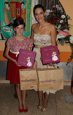 Las Falleras Mayores de Paterna recibiendo sus cajas de moñaditas.com