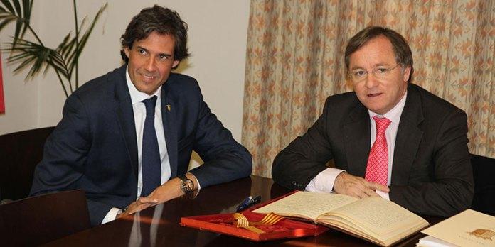 El conseller de Hacienda con el alcalde, tras firmar en el libro de honor del Consistorio