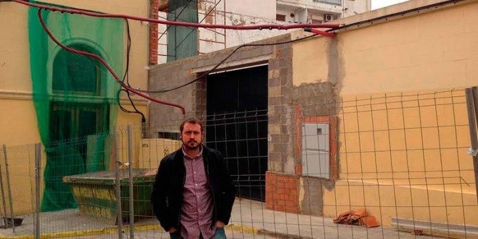Javier Parra junto a las obras que han afectado a la ermita