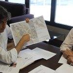 Agustí muesta un plano de los terrenos de la Zona Franca