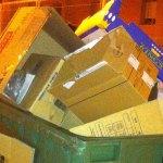 Un contenedor en La Canyada lleno de cajas