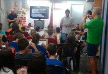 El alcalde de Paterna, Juan Antonio Sagredo visitando a los menores participantes en el CRE infantil